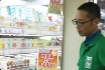 スーパーで働く長さんの写真